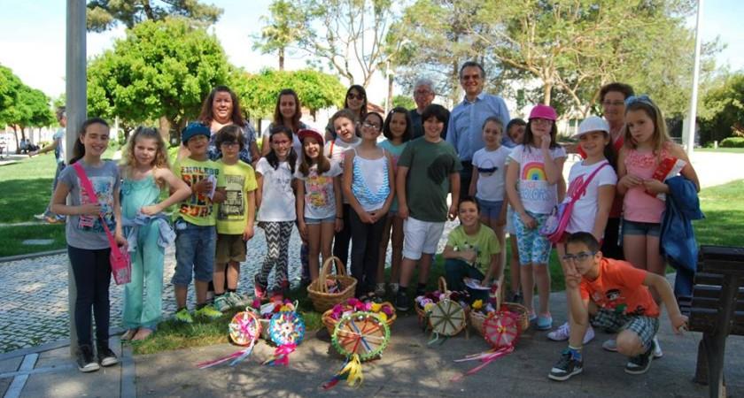 Alunos da Escola do Bairro Novo entregaram Flores de Papel
